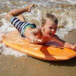 Un enfant pratiquant le bodyboard : trouver une planche bodyboard pas cher