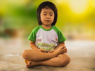 Une petite fille faisant du yoga en famille