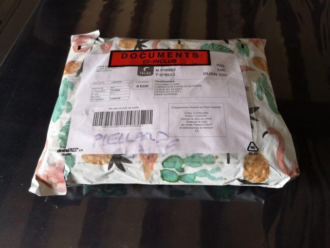 Un joli exemple d'emballage d'un colis Vinted recçu dans une enveloppe Vinted achetée sur Amazon