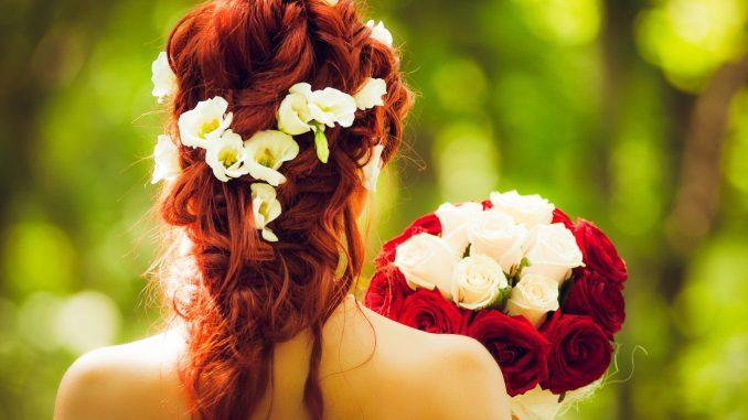 Une grosse barrette dans les cheveux de la mariée