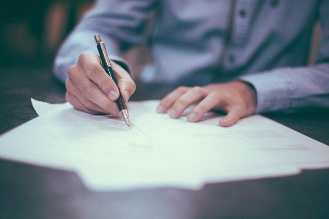 Signature du contrat de construction d'une maison neuve