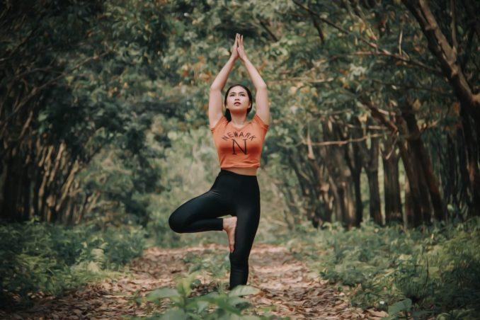 La position de l'arbre est une posture de Yoga particulièrement adaptée aux enfants